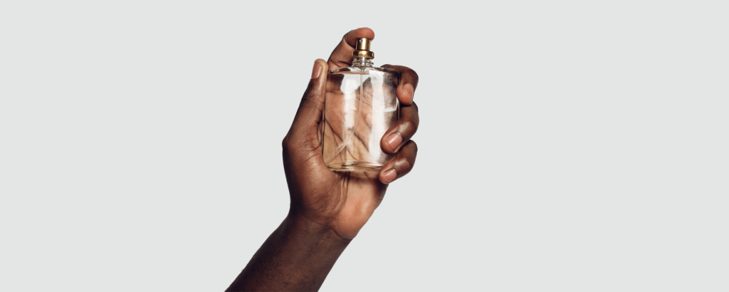 Man som håller parfymflaska i handen, Edp vs EdT